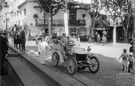 Primeiro automóvel a transitar na Madeira, pertencente a Harvey Foster, na Praça da Constituição, freguesia da Sé, concelho do Funchal 1904
