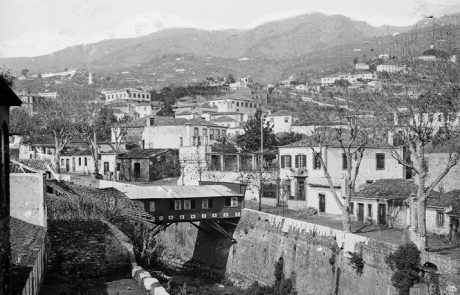 "Ribeira de Santa Luzia, vista de jusante/montante, observando-se, sobre a ribeira, o denominado ""Vapor"" (banhos públicos), concelho do Funchal 1896"