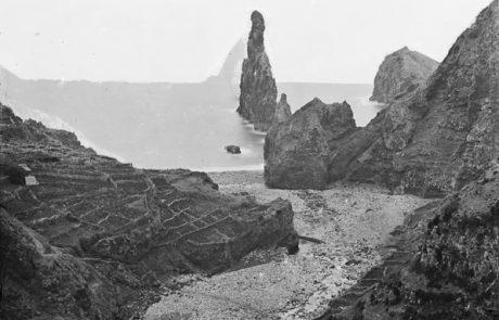 Vista da foz da ribeira da Janela e do ilhéu do mesmo nome, freguesia da Ribeira da Janela, concelho do Porto Moniz Anterior a 1891