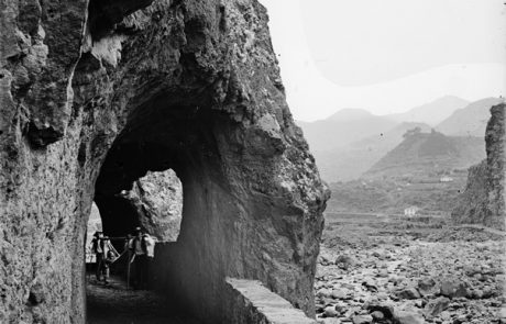 Transporte de rede pelo caminho, aberto na rocha, na margem da foz da ribeira de São Vicente, freguesia e concelho de São Vicente – Segunda metade do Séc. XIX