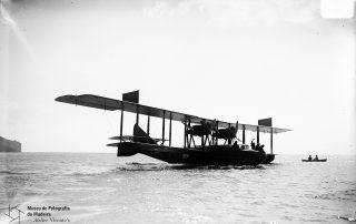 Hidroavião da primeira travessia aérea Lisboa-Funchal, na baía do Funchal, 1921, MFM-AV, em depósito no ABM, Perestrellos Photographos, Inv. PER/2270.