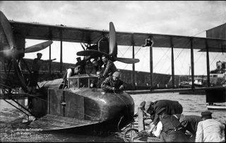 """Reboque do hidroavião pela lancha """"Carlos"""", na baía do Funchal, 1921, MFM-AV, em depósito no ABM, Perestrellos Photographos, Inv. PER/2335."""