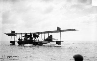Amaragem do hidroavião na baía do Funchal, 1921, MFM-AV, em depósito no ABM, Perestrellos Photographos, Inv. PER/2340.