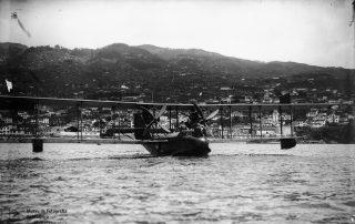 Hidroavião na baía do Funchal, após o voo até o Paul do Mar, 1921, MFM-AV, em depósito no ABM, Perestrellos Photographos, Inv. PER/2341