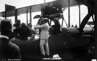 Preparação de Teresa Bianchi e Maria Bianchi Cossart para o voo sobre a baía do Funchal, 1921, MFM-AV, em depósito no ABM, Perestrellos Photographos, Inv. PER/2344.