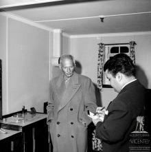 """Marechal Bernard Montgomery a dar uma entrevista ao """"Diário de Notícias"""", a bordo do """"Edinburgh Castle"""", na baía do Funchal"""