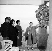 Carmen Franco, o Dr. Fernando Maria Castiella, ministro das Relações Exteriores de Espanha e os marqueses de Villaverde, a observar uma xarola, em local não identificado, na ilha da Madeira