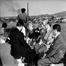 D. Duarte Nuno de Bragança, princesa Maria Francisca de Orleães e Bragança e os infantes Duarte, Miguel e Henrique, na lancha que os conduz ao cais do Funchal, baía do Funchal