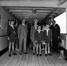 D. Duarte Nuno de Bragança, princesa Maria Francisca de Orleães e Bragança e os infantes Duarte, Miguel e Henrique, no convés do navio Angola, baía do Funchal