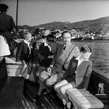 D. Duarte Nuno de Bragança, princesa Maria Francisca de Orleães-Bragança e os infantes, Duarte, Miguel e Henrique, na lancha que os conduz ao cais do Funchal, baía do Funchal