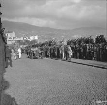 Automóvel na zona de partida da I Rampa dos Barreiros, estrada da Pontinha, Freguesia de São Pedro (atual Freguesia da Sé), Concelho do Funchal
