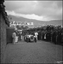"""Automóvel """"M-1284"""" na zona de partida da I Rampa dos Barreiros, estrada da Pontinha, Freguesia de São Pedro (atual Freguesia da Sé), Concelho do Funchal"""