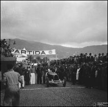 """Automóvel """"N-12252"""" na zona de partida da I Rampa dos Barreiros, estrada da Pontinha, Freguesia de São Pedro (atual Freguesia da Sé), Concelho do Funchal"""