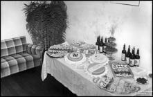 Mesa com doces e vinho Madeira, por ocasião dos festejos da vitória do Eixo, no consulado italiano, Concelho do Funchal