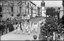 Marinheiros do navio escola Sagres a desfilar na avenida Arriaga, Freguesia da Sé, Concelho do Funchal