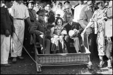 General Óscar Carmona, Francisco Vieira Machado, ministro das Colónias, e a menina Maria da Graça Rodrigues Andrade com traje regional, num carro de cesto, Freguesia do Monte, Concelho do Funchal
