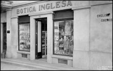 Fachada da Botica Inglesa, na rua da Carreira (atual rua Câmara Pestana), Freguesia da Sé, Concelho do Funchal