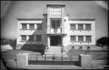 Edifício da Escola Doutor Salazar (atual Escola EB1/PE dos Ilhéus), na rua dos Ilhéus, Freguesia de São Pedro (atual Freguesia da Sé), Concelho do Funchal