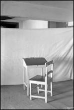 Secretária e cadeira, em local não identificado