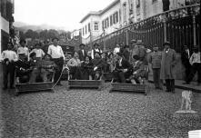 General Italo Balbo e comitiva em carros de cesto na calçada da Encarnação, Freguesia de Santa Luzia, Concelho do Funchal
