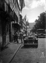 Chegada de Júlio Prestes de Albuquerque ao consulado do Brasil, na avenida Dr. Manuel de Arriaga (atual avenida Arriaga), Freguesia da Sé, Concelho do Funchal