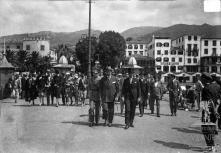 Júlio Prestes de Albuquerque acompanhado pelo coronel José Maria de Freitas, governador civil da Madeira, Raul Teive, vice-cônsul do Brasil e comitiva no cais do Funchal, na altura de embarcar, Freguesia da Sé, Concelho do Funchal