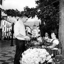 Michael Craig, ator britânico-australiano, junto às floristas, no largo Gil Enes, Freguesia da Sé, Concelho do Funchal