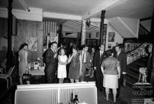 Ator britânico Nigel Patrick e sua esposa Beatrice Campbell, acompanhados por um homem, nos jardins do Reid's Palace Hotel, Freguesia de São Martinho, Concelho do Funchal