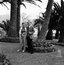 Ator britânico Nigel Patrick e sua esposa Beatrice Campbell, nos jardins do Reid's Palace Hotel, Freguesia de São Martinho, Concelho do Funchal