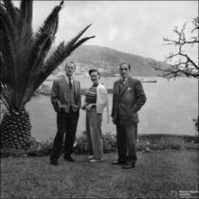 Ator britânico Nigel Patrick, sua esposa Beatrice Campbell e Carlos Henrique Spínola nos jardins do Reid's Palace Hotel, Freguesia de São Martinho, Concelho do Funchal