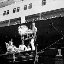 Ator britânico Terry Thomas num barco bomboteiro de venda de obras de vime, na baía do Funchal