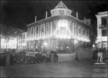 Banco Nacional Ultramarino iluminada, na esquina da rua de João Tavira com a avenida Arriaga, Freguesia da Sé, Concelho do Funchal