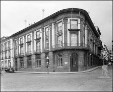Banco Nacional Ultramarino, na esquina da rua de João Tavira com a avenida Arriaga, Freguesia da Sé, Concelho do Funchal