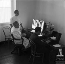 Dois médicos a observar um exame de raio-X no Hospital da Santa Casa da Misericórdia do Funchal, (atual Hospital dos Marmeleiros), Freguesia do Monte, Concelho do Funchal