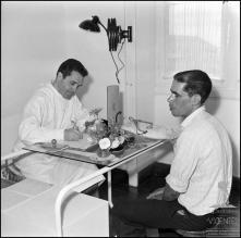 Dr. Adolfo Brazão, durante o exame a um dador de sangue, no Hospital da Santa Casa da Misericórdia do Funchal, (atual Hospital dos Marmeleiros), Freguesia do Monte, Concelho do Funchal