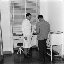 Dr. Adolfo Brazão, durante uma entrevista para o Jornal da Madeira, no Hospital da Santa Casa da Misericórdia do Funchal, (atual Hospital dos Marmeleiros), Freguesia do Monte, Concelho do Funchal