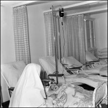 Enfermeira religiosa junto de uma criança no banco de sangue do Hospital da Santa Casa da Misericórdia do Funchal (atual Hospital dos Marmeleiros), Freguesia do Monte, Concelho do Funchal