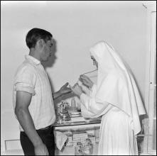 Recolha de amostra de sangue de um dador no Hospital da Santa Casa da Misericórdia do Funchal (atual Hospital dos Marmeleiros), Freguesia do Monte, Concelho do Funchal