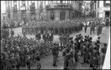 Mocidade Portuguesa e Legião Portuguesa, no largo da Sé (atual Largo D. Manuel I), durante a cerimónia da bênção do Santíssimo Sacramento, Freguesia da Sé, Concelho do Funchal