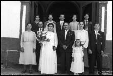 Retrato de grupo num casamento, à porta de uma igreja, em local não identificado