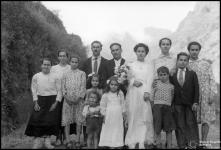 Retrato de grupo num casamento, em local não identificado