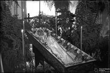 Cadáver de mulher num caixão, em local não identificado