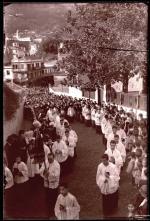 Cortejo fúnebre de uma pessoa não identificada na rua Imperatriz Dona Amélia, Freguesia de São Pedro (atual Freguesia da Sé), Concelho do Funchal