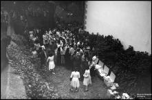 Distribuição de pão no adro da capela de Nossa Senhora da Conceição, Freguesia do Monte, Concelho do Funchal