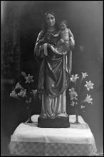 Escultura de Nossa Senhora com o menino ao colo e tendo como atributos um cacho de uvas e uma pomba