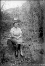 Retrato de uma mulher sentada numa rocha