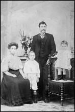 Retrato de um homem, uma mulher, um menino e uma menina (corpo inteiro)
