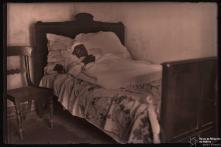 Francisco da Silva, na cama onde foi agredido, no sítio das Fontes, Freguesia de Santo António, Concelho do Funchal