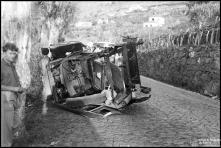 Automóvel acidentado, na estrada Monumental, sítio da Ajuda, Freguesia de São Martinho, Concelho do Funchal