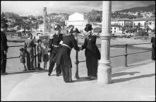 Cônsul francês, Fernando Henrique Cunha, a cumprimentar o vice-almirante Laborde e o seu ajudante, no cais do Funchal, Freguesia da Sé, Concelho do Funchal